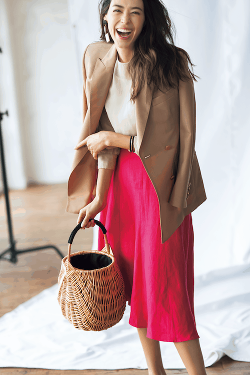 鮮やかなピンクのスカートには、