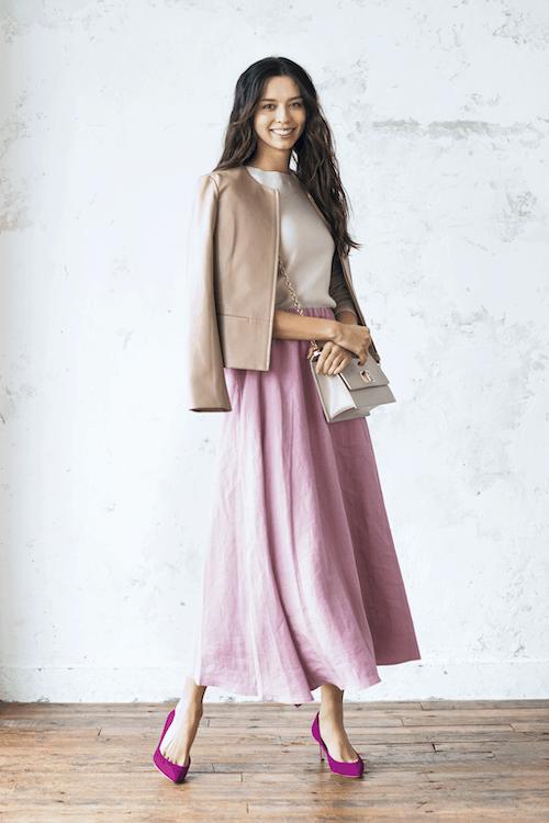 ピンクのスカートにはレザー素材