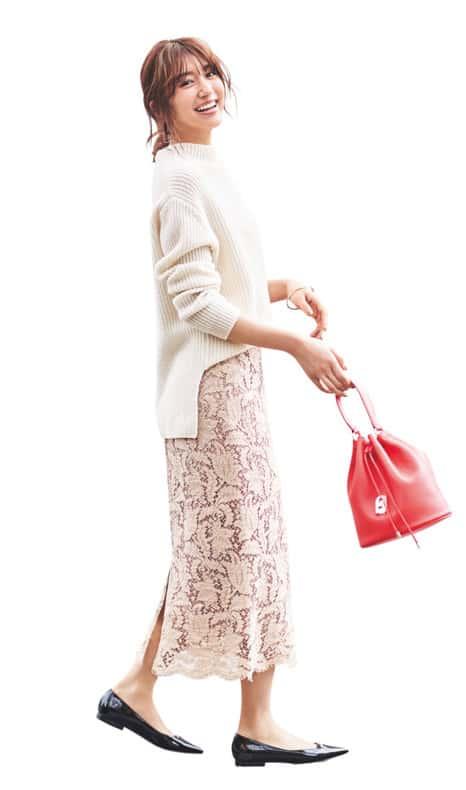 淡ピンクのタイトスカートには白