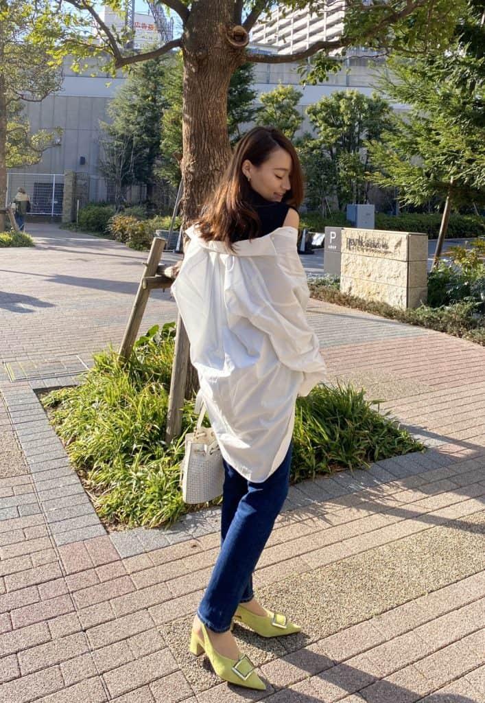 白シャツをバサッと羽織ったスタ