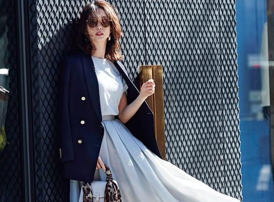 「紺ブレ」の着こなしを、人気スタイリストが更新するなら…【大人の甘めコーデ編】