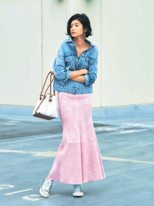 ピンクのスカートとデニムジャケ