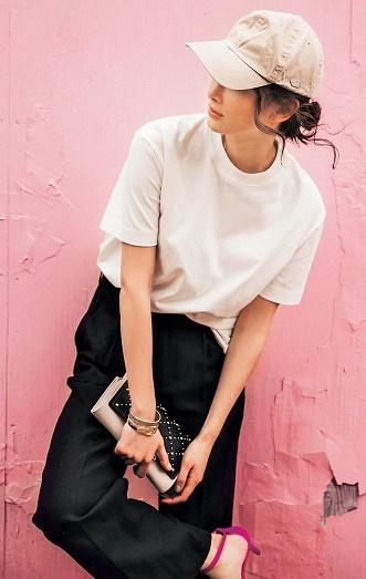黒のワイドパンツと白Tシャツの