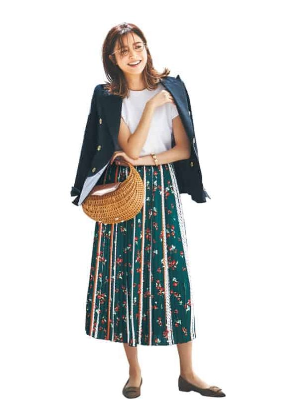 グリーンの花柄スカートと紺ブレ