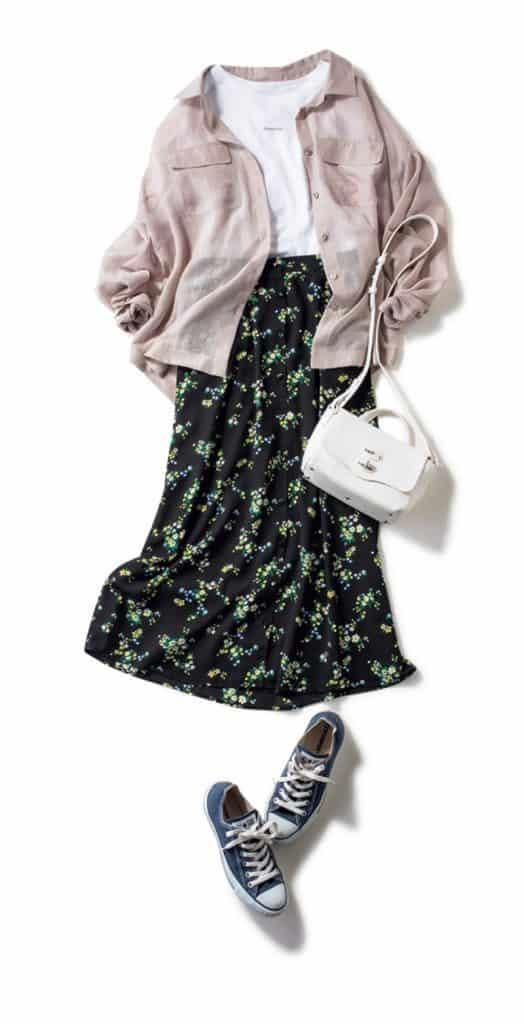 花柄スカートに控えめカラーのシ