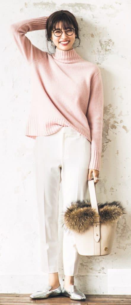 キレイめ白パンツには、春らしい