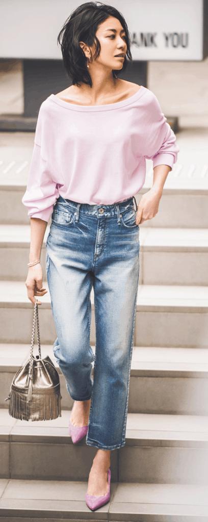 デニムパンツは、ピンクの甘さを