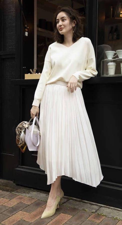 優しい印象の白のプリーツスカー