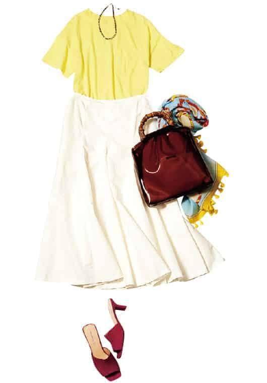 白フレアスカートとTシャツのワ