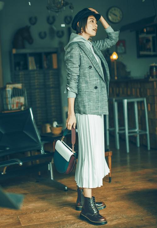 フェミニンな白スカートには、ス