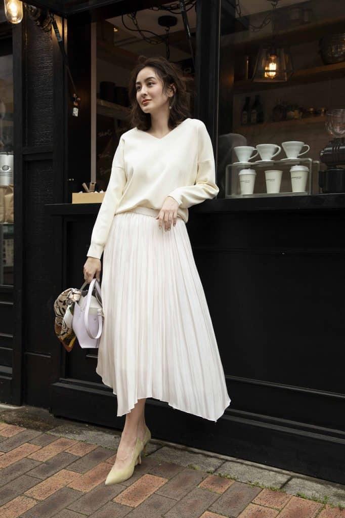 白いプリーツスカートとニットで