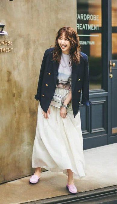 甘さのある白のフレアスカートは