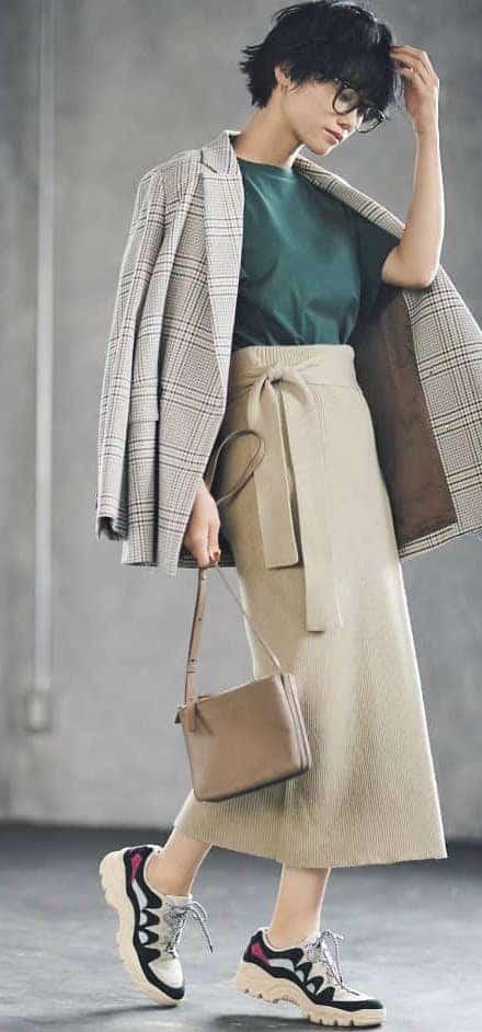 ベージュスカートにジャケットを