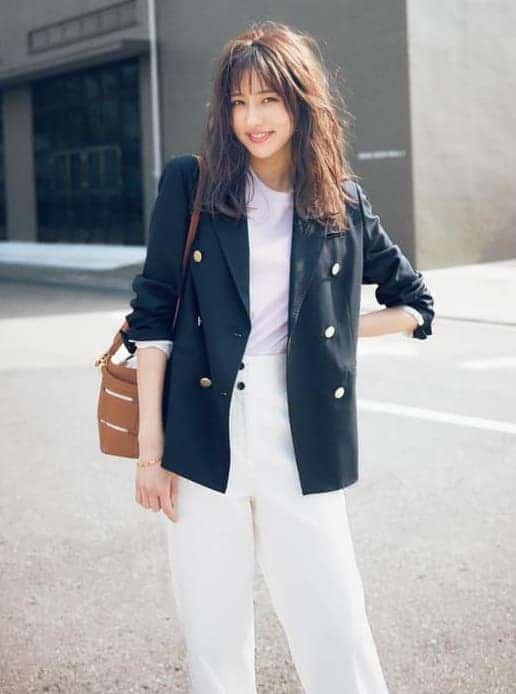 王道のネイビージャケットを白パ