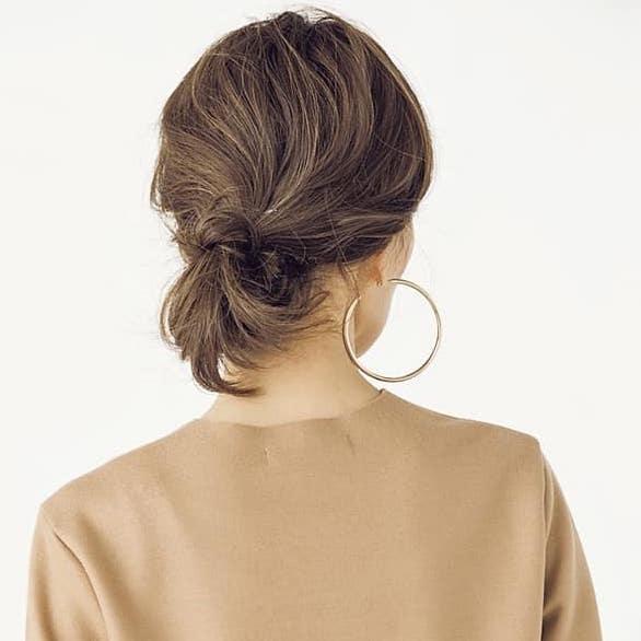短い髪を丸め込んで隠したら、