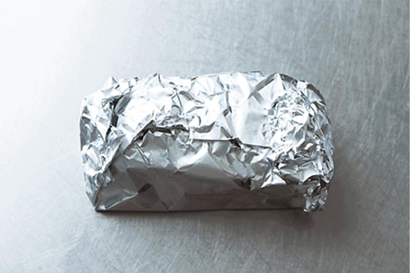 1. 牛肉全体に塩とこしょうを