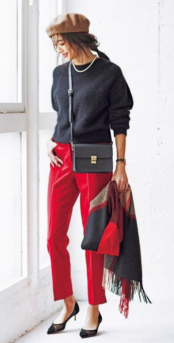 モード感強めの赤パンツは、ベレ