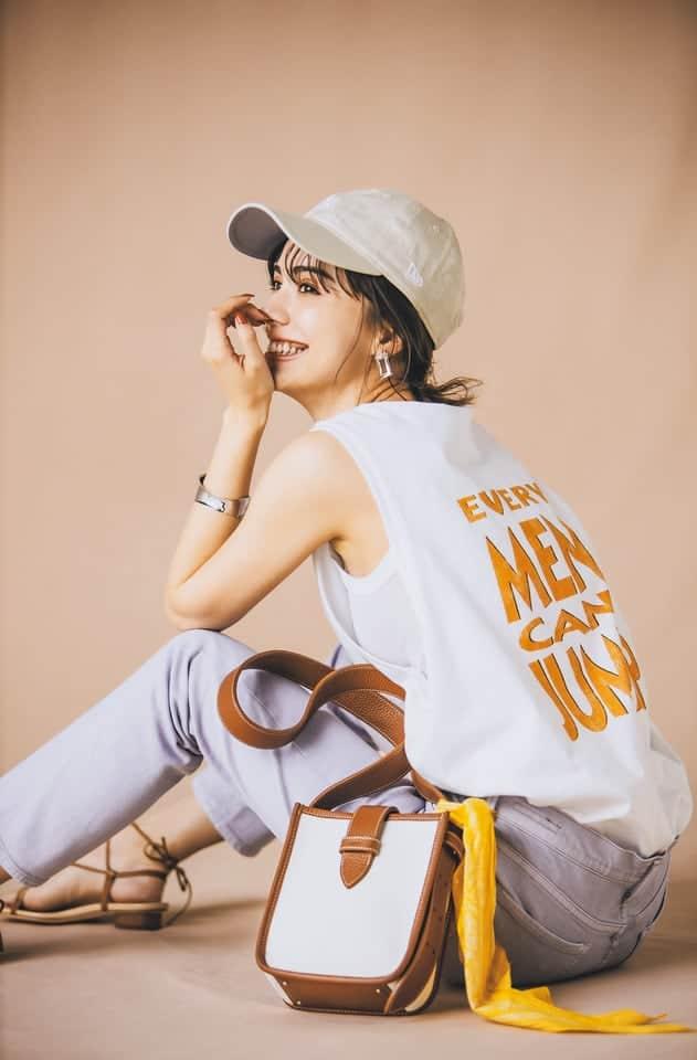ラベンダーパンツ×白Tシャツ