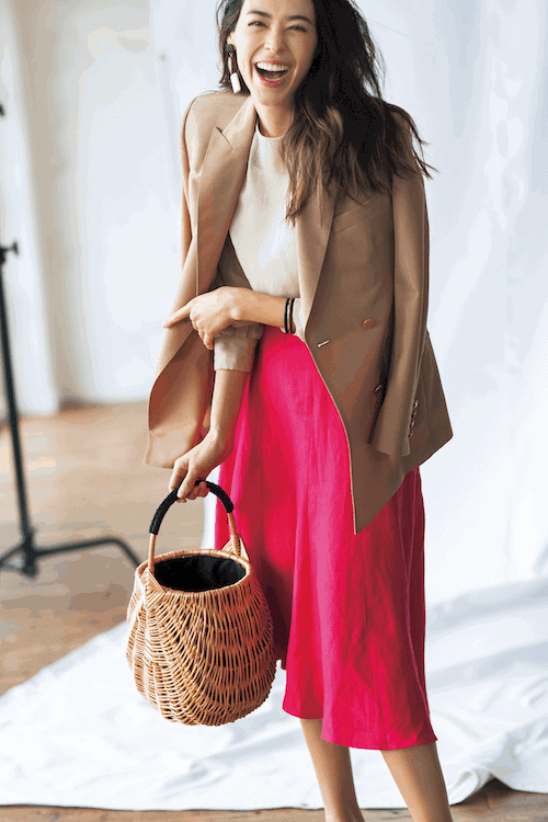 ビビッドピンクのフレアスカート
