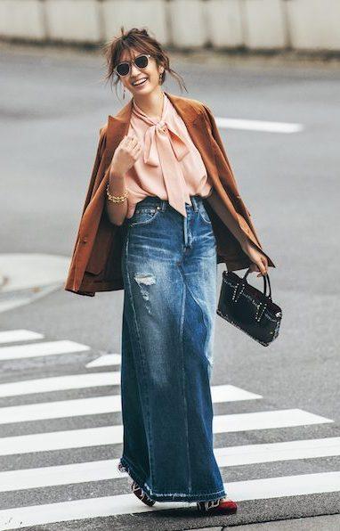 ラフな雰囲気のデニムスカートは