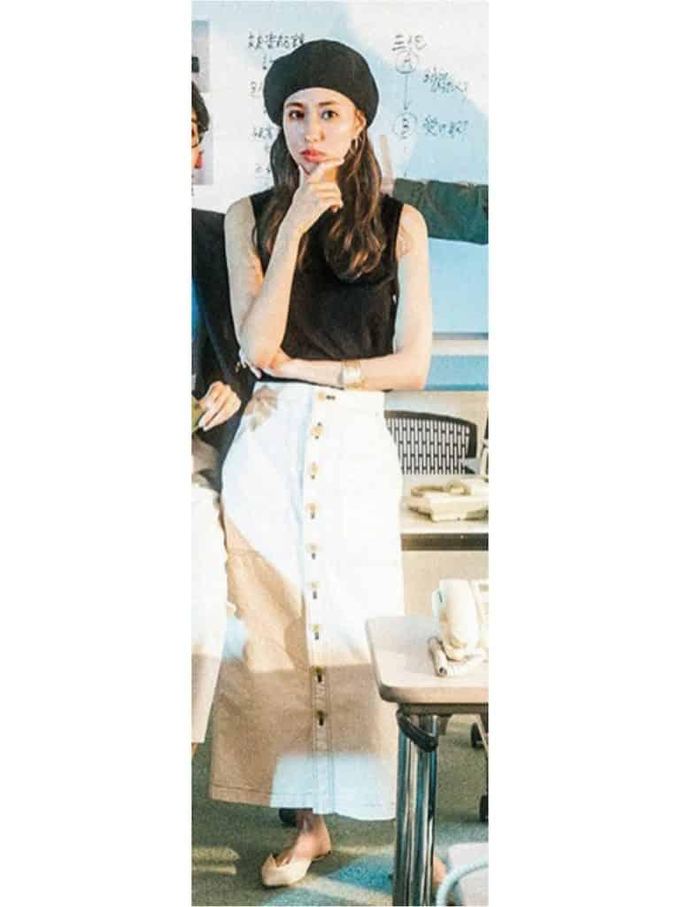 いい女感漂う白のタイトスカート