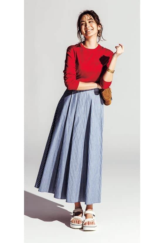 フレアスカート×赤ニットのガー