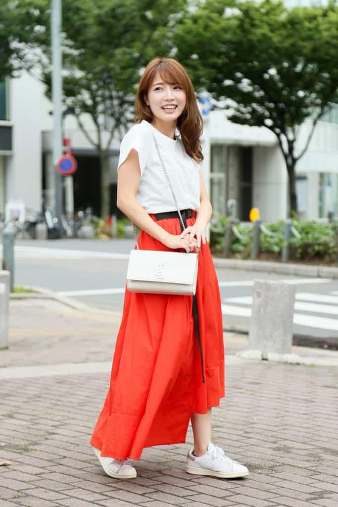 アシンメトリーの赤スカートは、