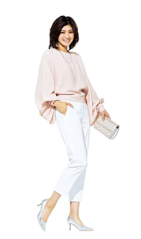 白×ピンクのコーデなら、パンツ