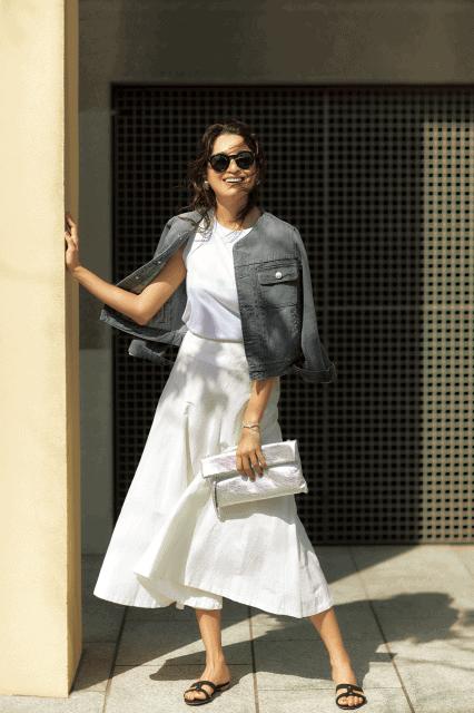 白のフレアスカートと白のカット