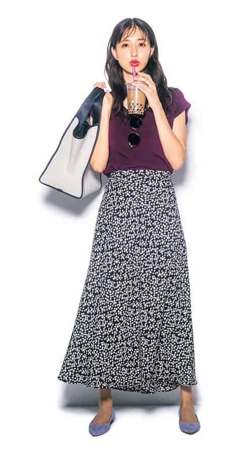 黒の小花柄スカートとスモーキー