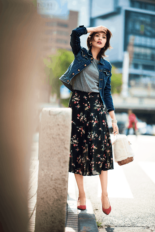女度の高い黒の花柄スカートは、