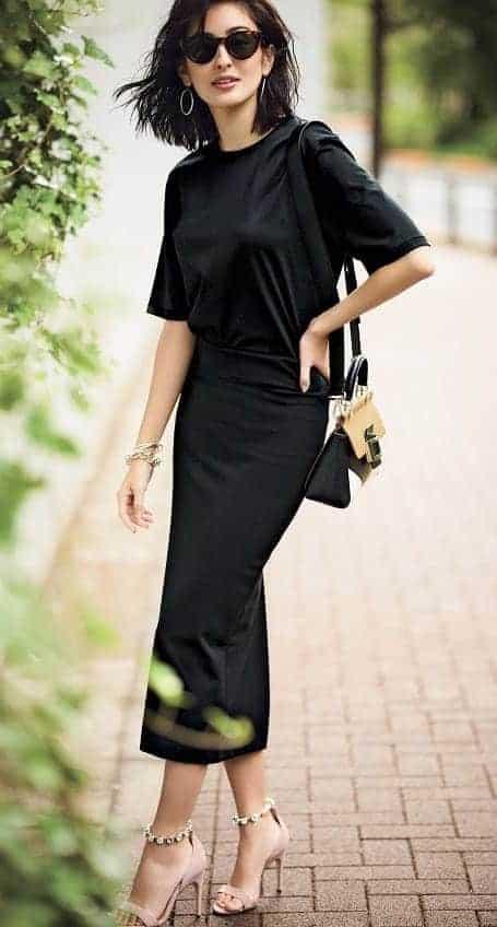 黒タイトスカートにシンプルな黒