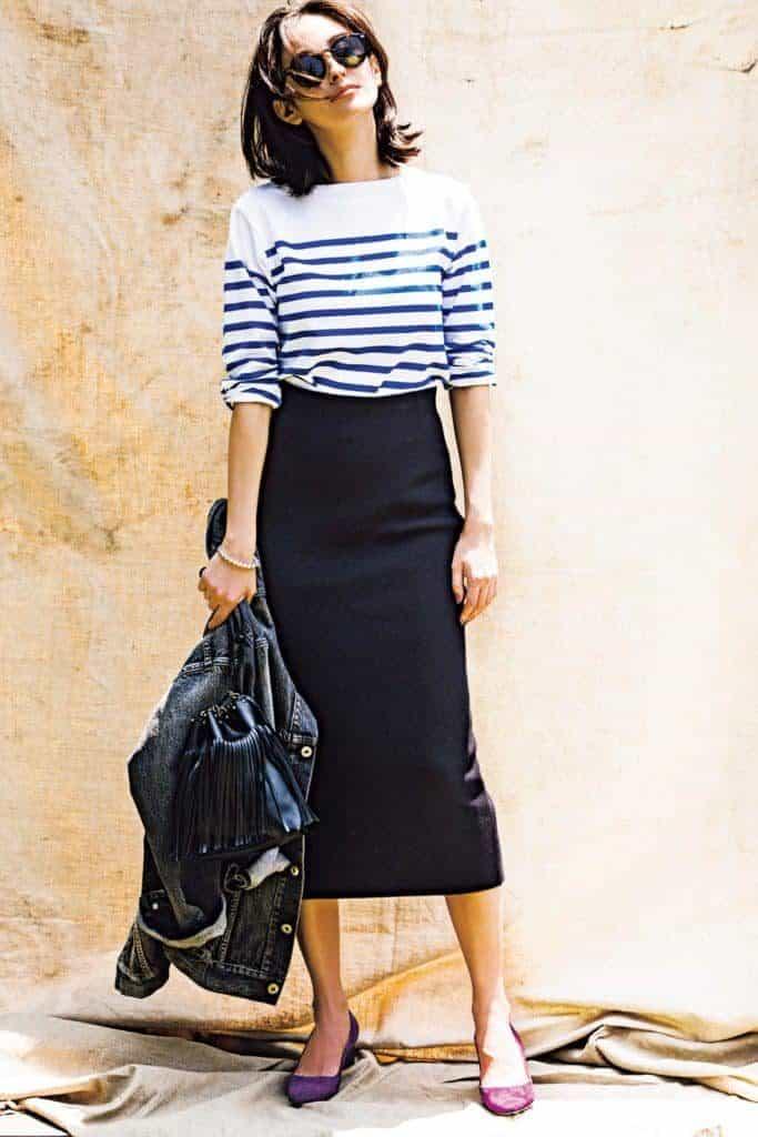 黒のタイトスカートで、デニムジ