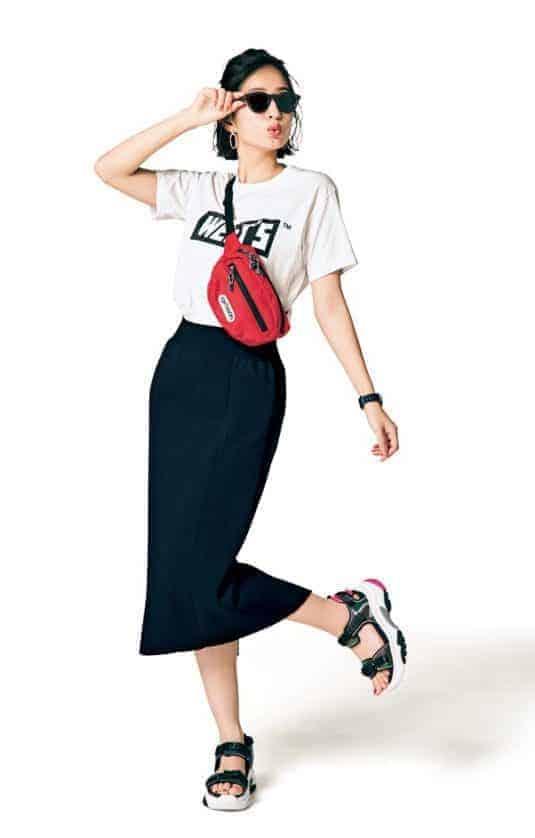 黒タイトスカートとロゴTシャツ