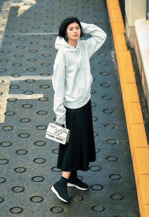 ロング丈の黒プリーツスカートは