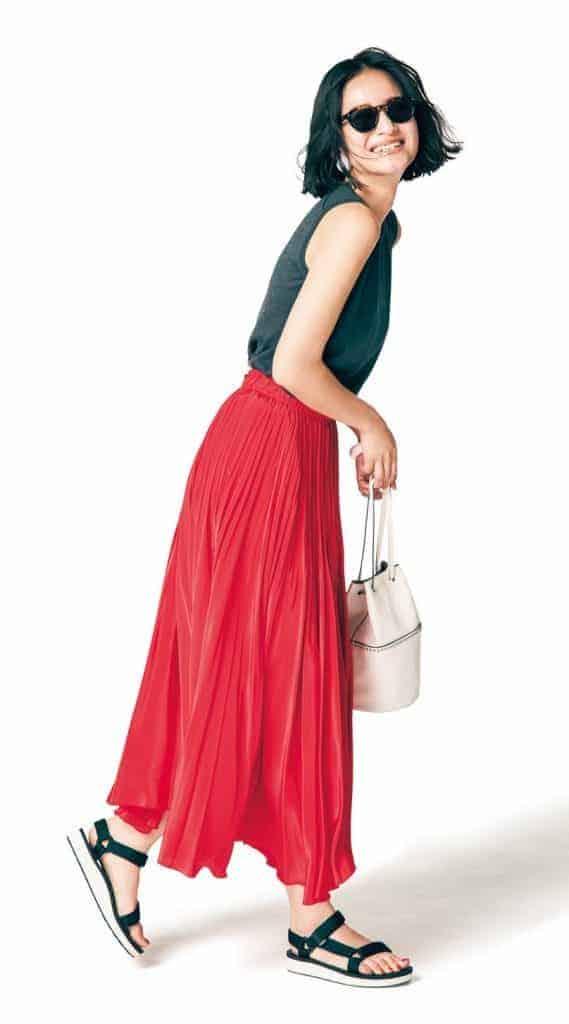 存在感抜群の赤プリーツスカート