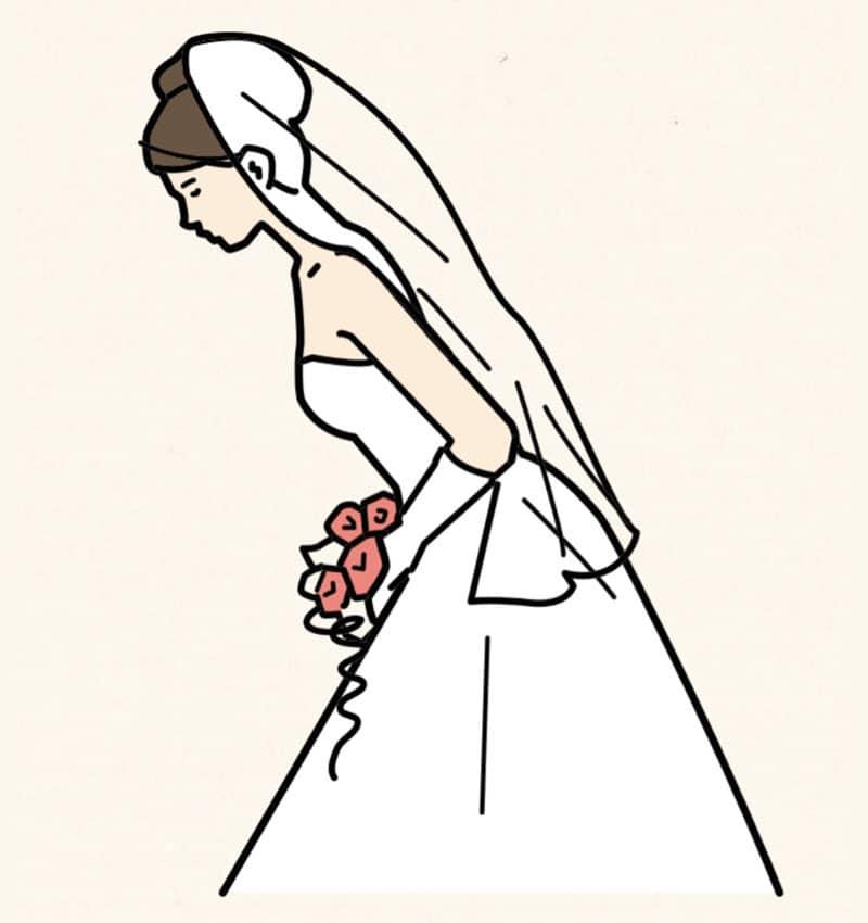 デコルテが開いたドレスは胸元が