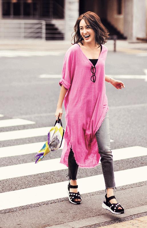 鮮やかなピンクシャツワンピとグ
