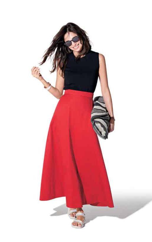存在感のある赤スカートの足元は
