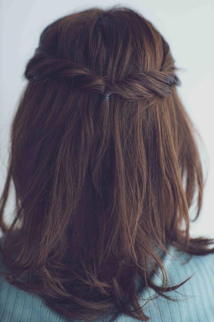 仕上げの顔回りの髪を耳にかける