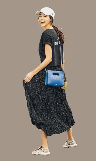 黒Tシャツ×水玉スカートで、上