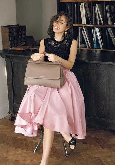 淡ピンクのフレアスカートは黒の