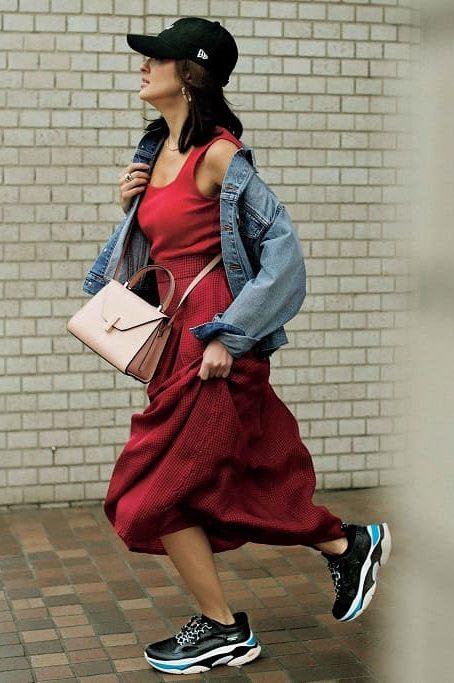 鮮やかな赤タンクに赤スカートを