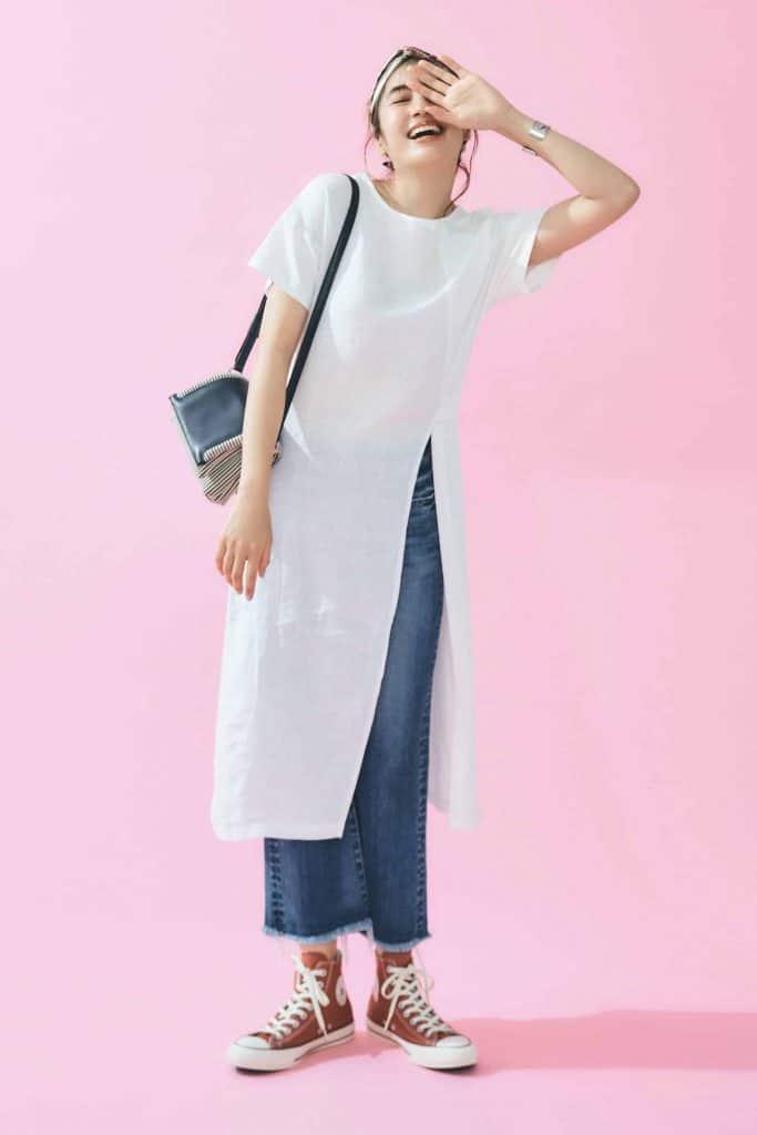 白のTシャツワンピース×デニム