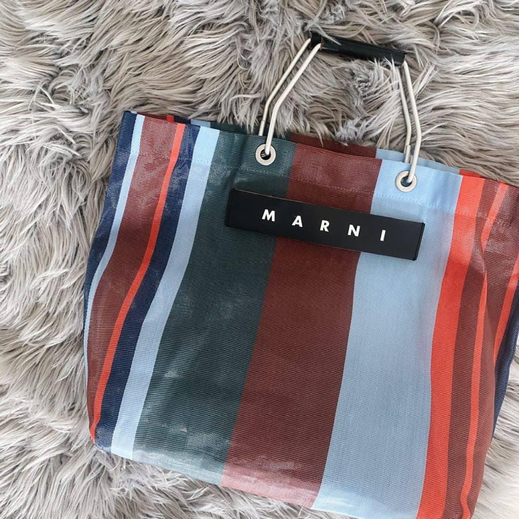 バッグは、シンプルなワンピース