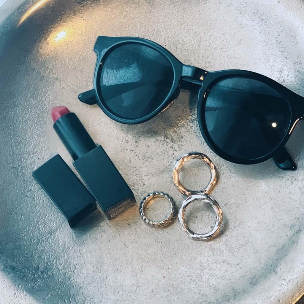 優秀すぎるH&Mのサングラスをアクセントにしたモノトーンコーデ