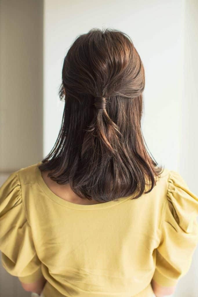 上半分の髪を、後ろで結んだハー