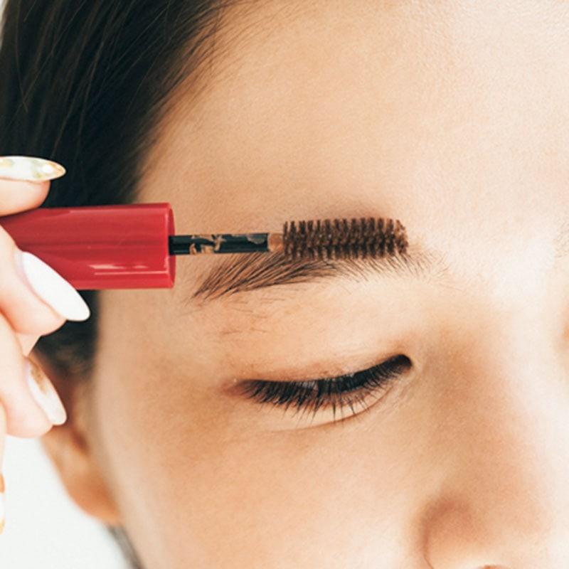 眉マスカラで 毛並みに立体感を 眉毛よりも少し明るめの眉マスカラで毛並みを出すと外国人っぽいナチュラル感が出ます。眉頭を中心に上方向に毛を立てるようにマスカラをなじませると、より凹凸感が出ます。