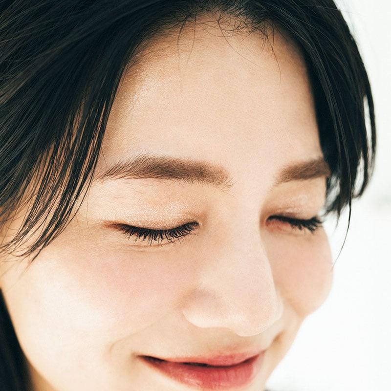 眉山を作らずカタチは平行眉にすることでぽわんとした優しい表情に。ふんわりと自眉っぽく作りつつ、しっかり毛並み感を足すのがポイント。