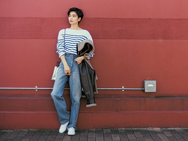 フレンチボーダーの魅力を最大限に引き出せるのは、やっぱりデニム ボーダー×デニムをカッコよく着こなすには、とにかく「ラフ」に徹することが最重要。時代を超えて愛されるオーシバルのボーダーは、大人がゆるっと着るにはメンズサイズの5がオススメ。カットソー¥11,000※メンズサイズ(オーシバル/ビショップ)デニム¥16,000(モナーム/カイタックインターナショナル)ジャケット¥49,000(スムーク/フラッパーズ)バッグ¥16,500(アロン/CPR TOKYO)靴¥4,500(ケッズ/ケッズ インフォメーションセンター)チェーンネックレス¥8,000(NOJESS)ペンダント¥15,000(ココシュニック)リング¥6,137(アビステ)